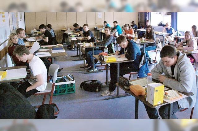 98 Schüler brüten über der Prüfung
