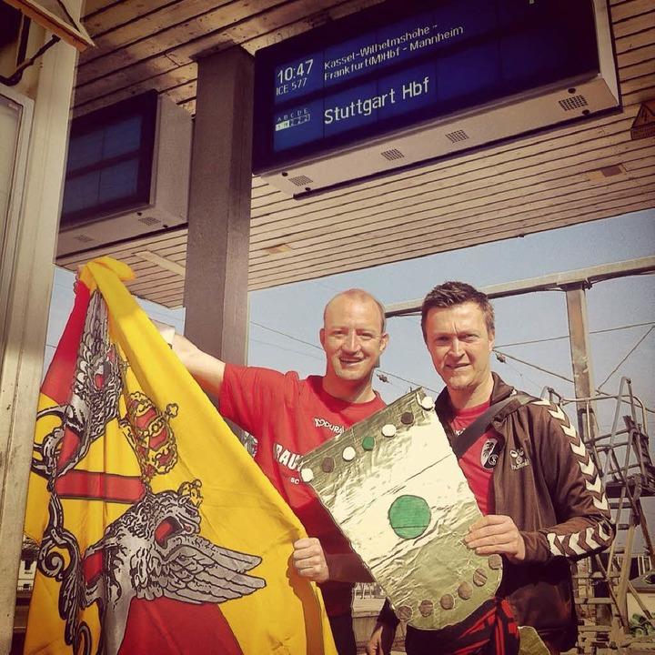 Weite Anreise: Die SC-Fans Tobias &amp...g von Hamburg nach Stuttgart gefahren.  | Foto: Privat