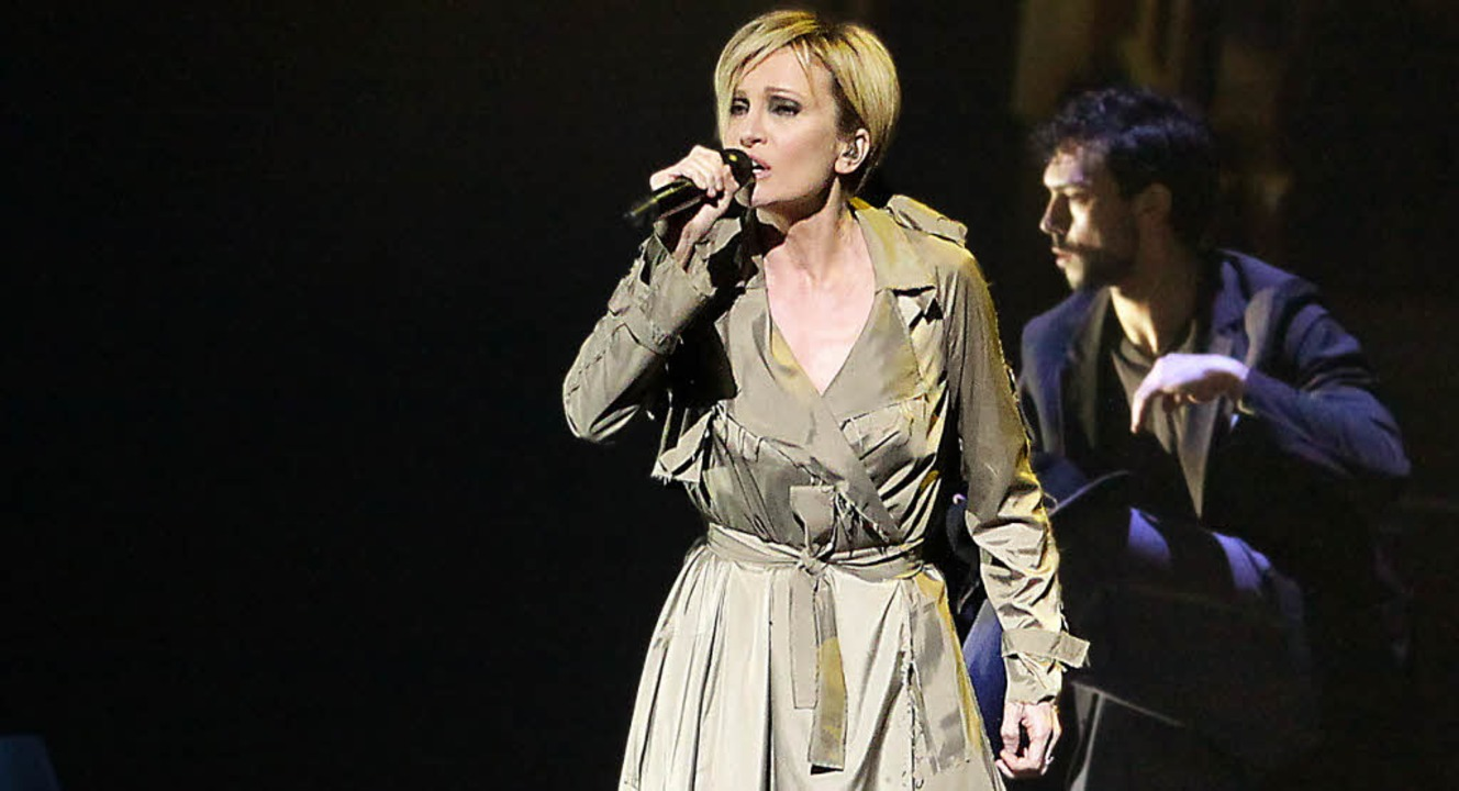 "Sängerin mit Tänzer: Patricia Kaas in ...uktion ""Kaas chante Piaf""   | Foto: Thomas Viering"