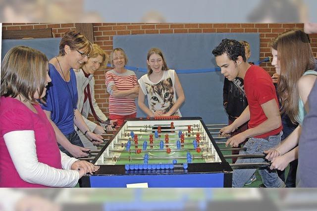 Jugendliche planen eine Party und ein Sportfest