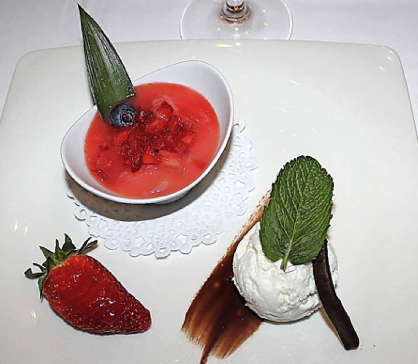 Schön und lecker: Mit geliertem Erdbee...umen der Gäste mehr als geschmeichelt.  | Foto: Christa Maier