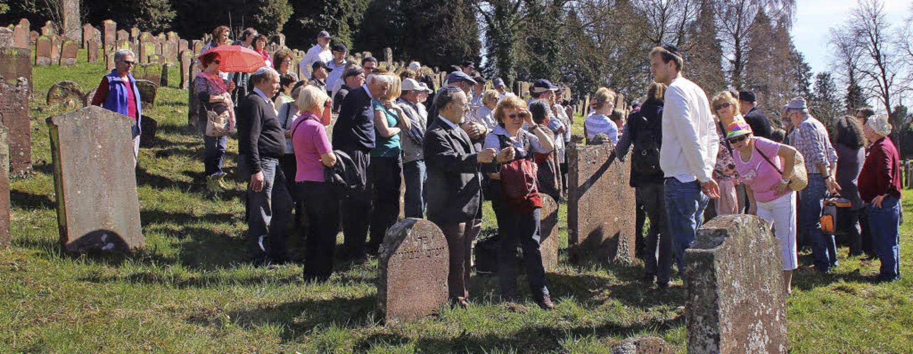 80 Besucher ließen sich den 1682 gegrü...eim mit seinen 2500 Gräbern erklären.     Foto: Sieberts