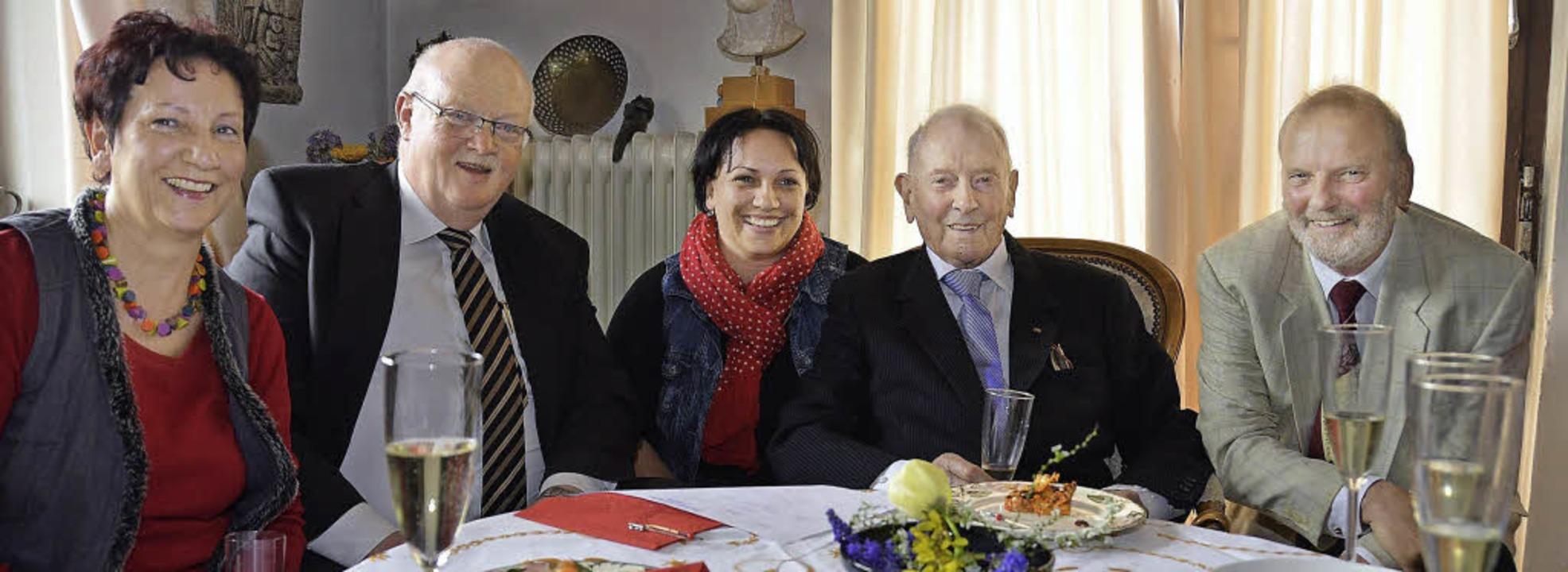 Fröhliche Runde: Tochter Hedwig Meisel...rtjähriger sowie  Sohn Bernhard Rawer.  | Foto: manfred frietsch