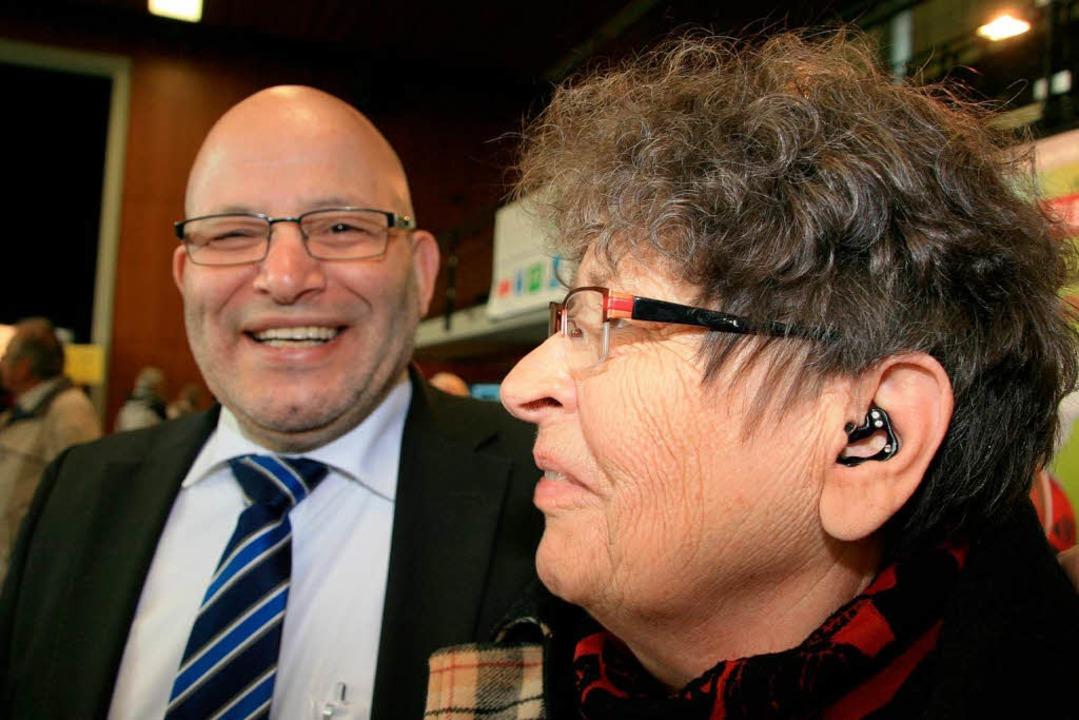 Messebesuch mit Hörgerät: Erika Brandwein mti Hörgeräteakustiker  | Foto: Friederike Marx-Kohlstädt