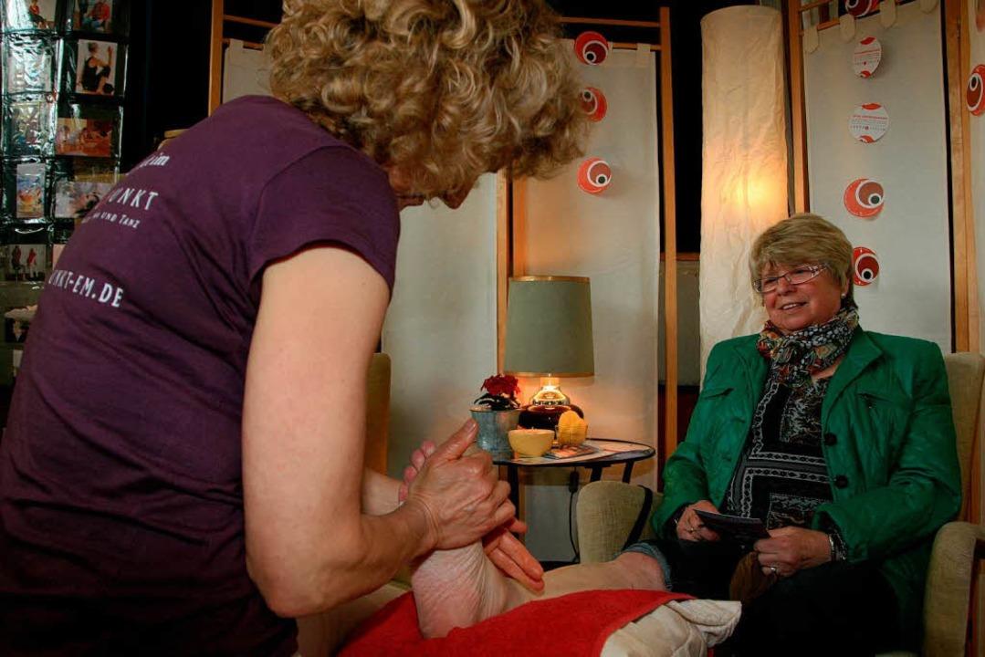 Priska Jessberger-Merle verwöhnt Messe...erin Gudrun Kech mit einer Fußmassage.  | Foto: Friederike Marx-Kohlstädt