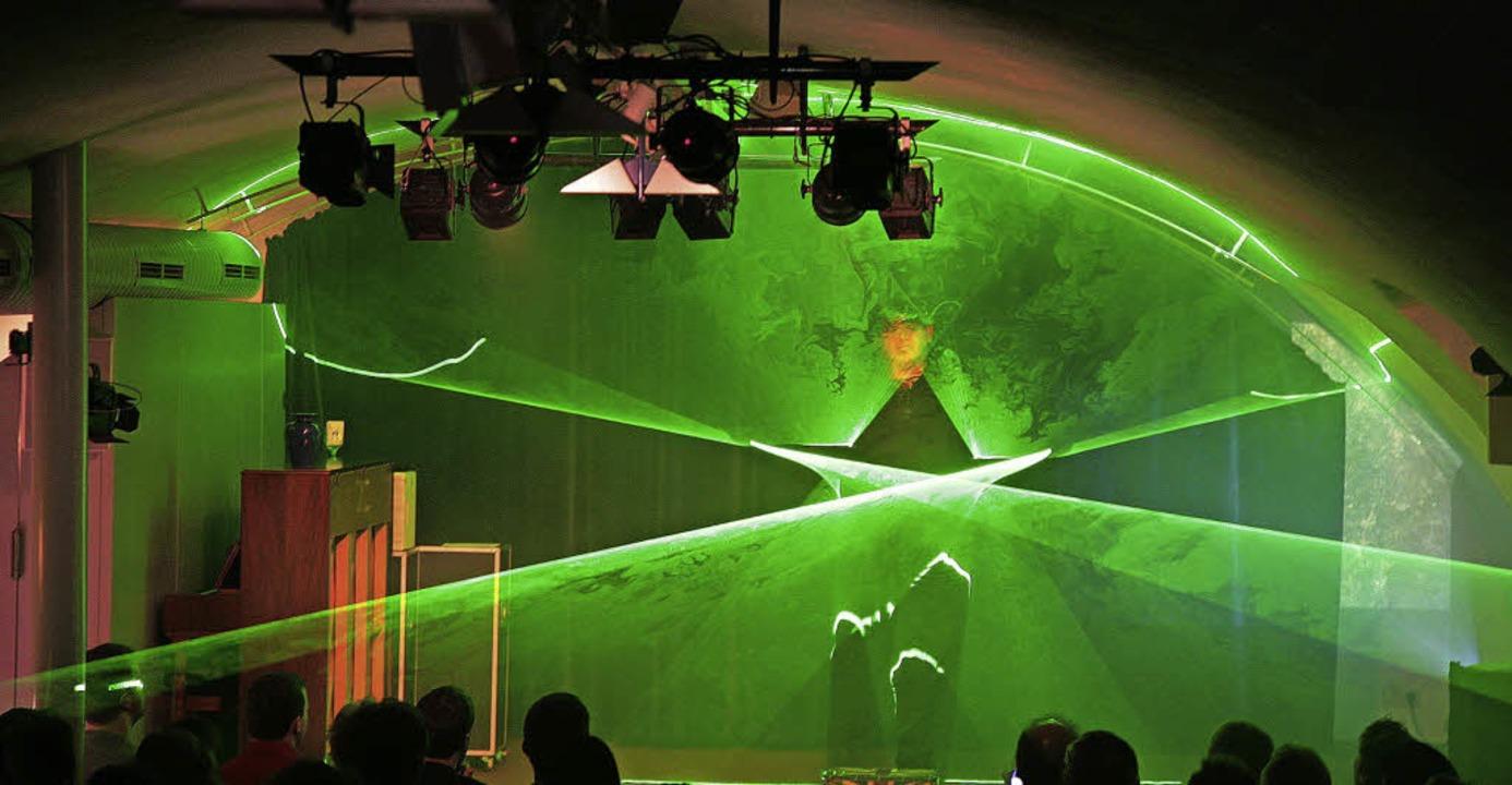 Der Magier LePow begeisterte mit seiner Lasershow.   | Foto: Fotos: sandra decoux-kone