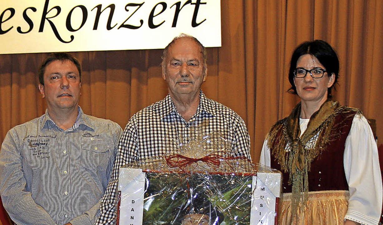 Ehrungen (von links): Achim Redt, Joha...mus und  Vorsitzende  Andrea Schwörer   | Foto: Heidi Fössel