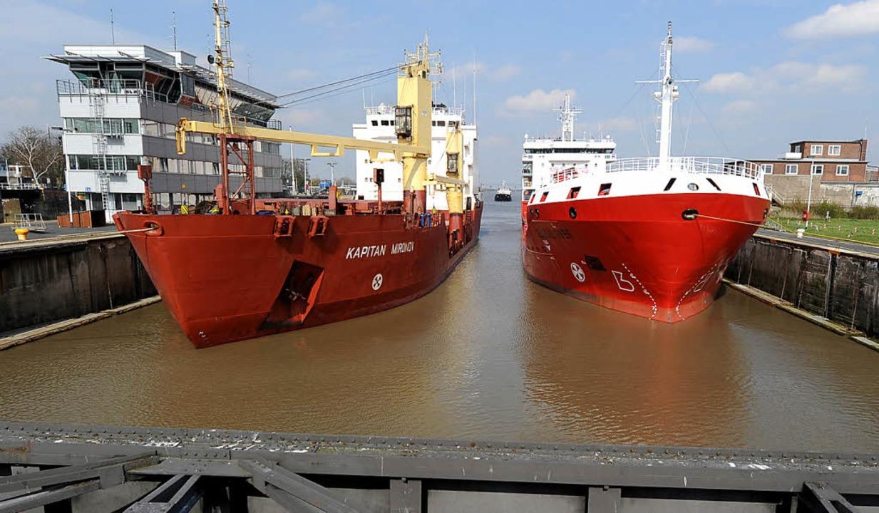 Zwei Schiffe haben in Brunsbüttel in e...sen am Nord-Ostsee-Kanal festgemacht.   | Foto: dpa