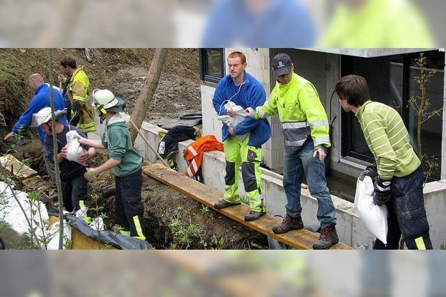 Bad Krozinger Feuerwehr pumpt Wasser aus Neubau