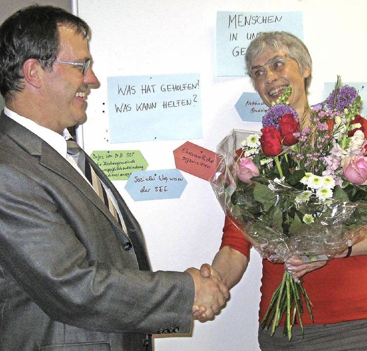 Ein Blumenstrauß von Dekan Gerhard Dis...ihr 30jähriges Dienstjubiläum feiert.   | Foto: Dorothee Möller-Barbian
