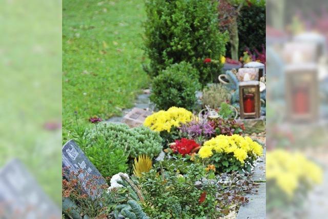 Diebe stehlen Messinglaternen auf Waldfriedhof