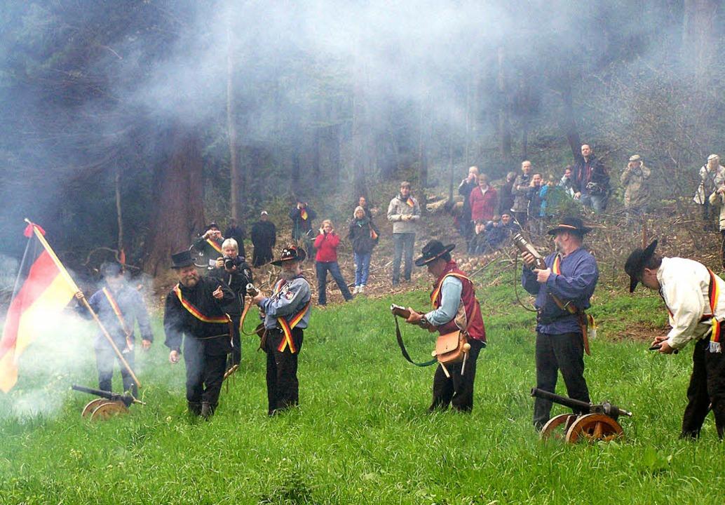 Böller-Spektakel zu Ehren der Revoluti...u-Kanoniere beim Start in Günterstal.   | Foto: Hans Sigmund