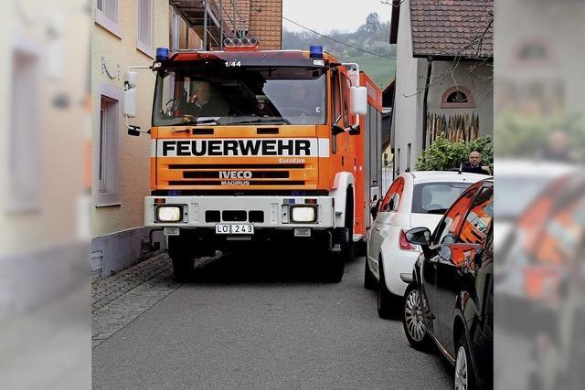 Autos stehen der Feuerwehr im Weg