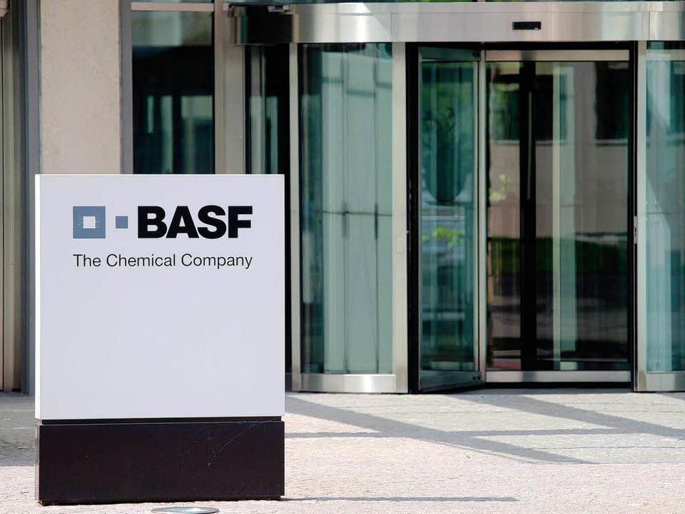 Schlechte Nachrichten für die Schweize... Basel: BASF streicht weitere Stellen.  | Foto: dpa