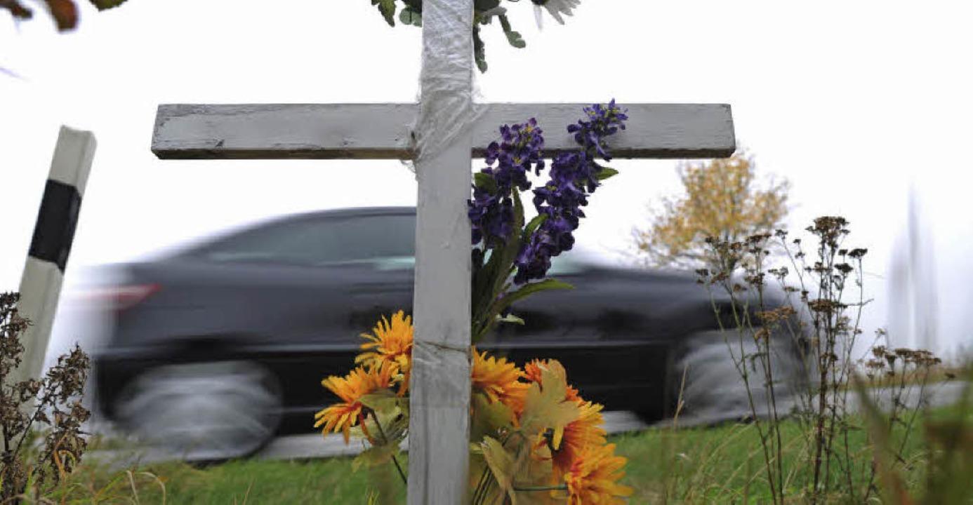 An manchen Straßen erinnern Kreuze an tragische Unfälle.   | Foto: dpa