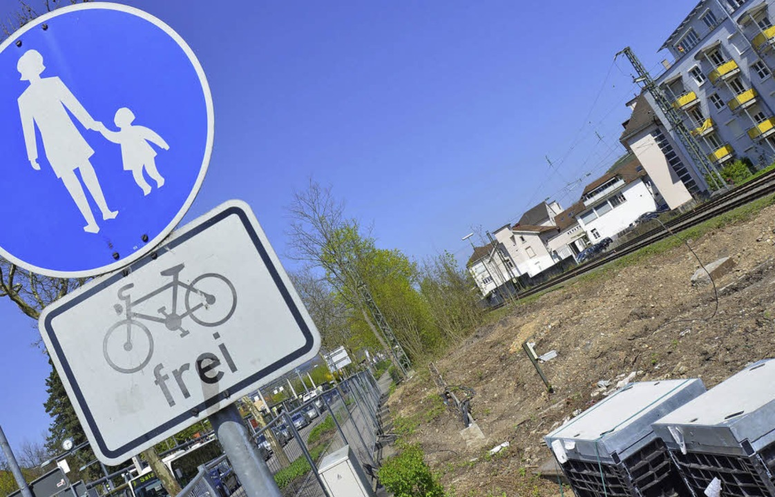 Bauplatz der Velohalle: Zwischen Bahn ... Parkplätze dahinter bereits gerodet.   | Foto: Nikolaus Trenz