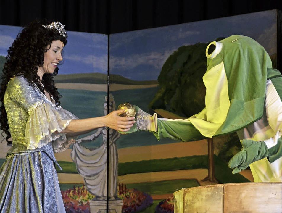Märchentheater in Königschaffhausen: D...Prinzessin ihren  goldenen Spielball.   | Foto: Roland Vitt