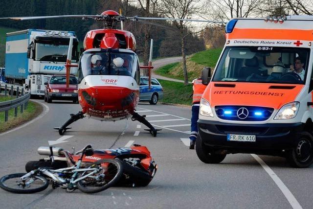 Radfahrerin contra Motorradfahrer – zwei Schwerverletzte