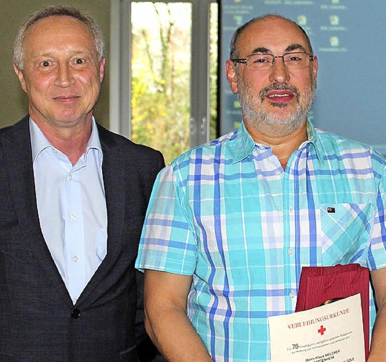 Klaus Melcher wurde vom DRK- Ortsvorsi...eber für 75 Blutspenden ausgezeichnet.  | Foto: mario schöneberg