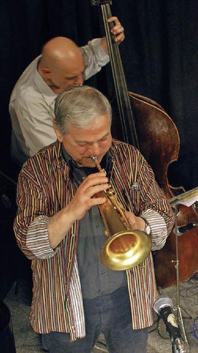 Dusko Goykovich (Flügelhorn) und Rudi Engel am Bass im Jazztone.   | Foto: Mink