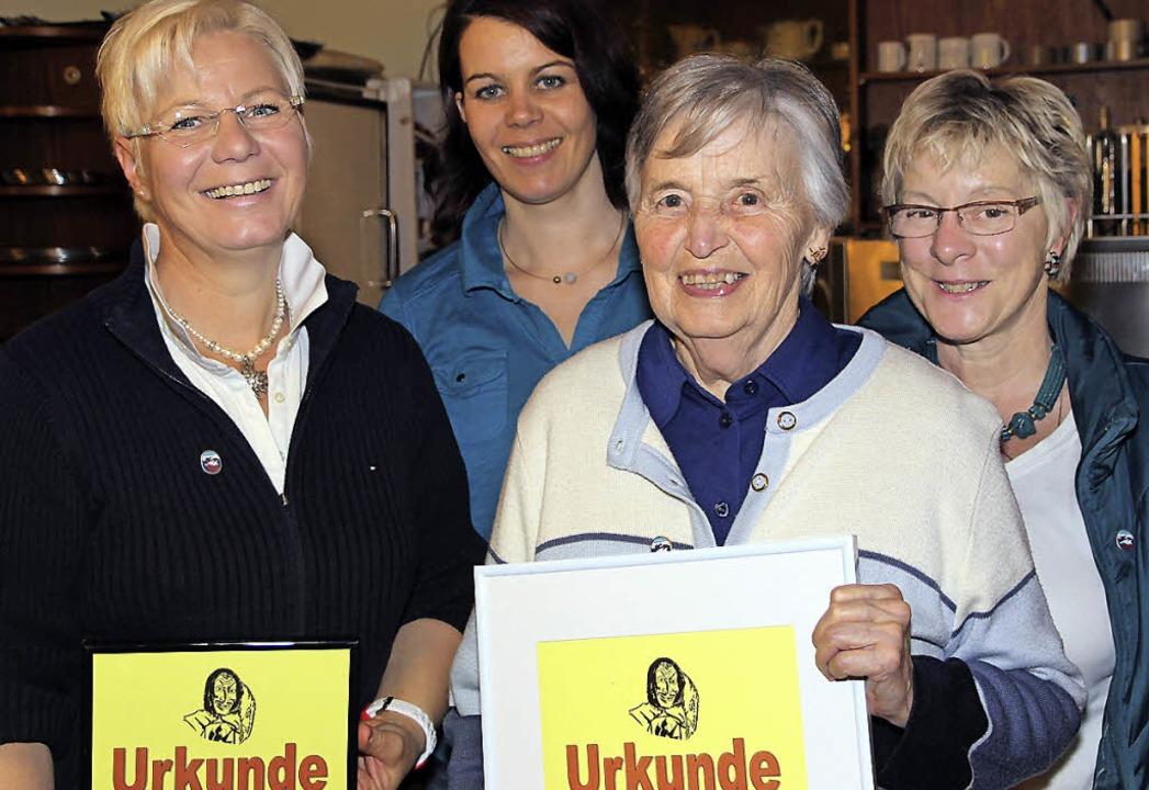 Nancy Jo Kreuz, Heidrun Wursthorn, Hil...eue zur Seeräuberzunft Ehrenurkunden.   | Foto: Korinth
