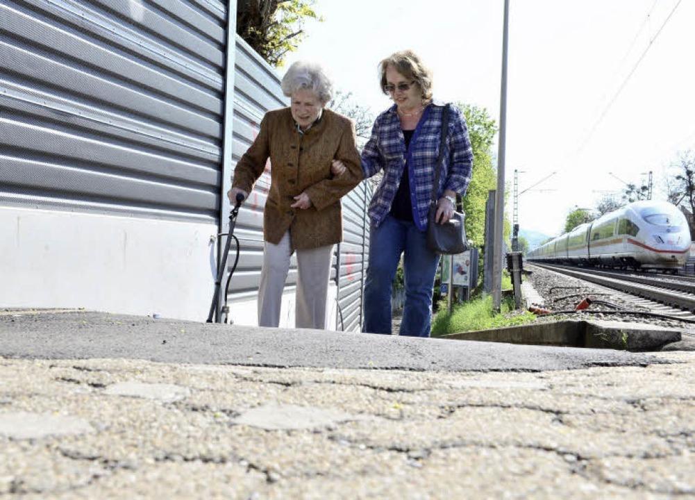 Steil wie eine Rampe: Ohne Hilfe kann ...aufmann (82) den Weg nicht überwinden.  | Foto: Ingo Schneider