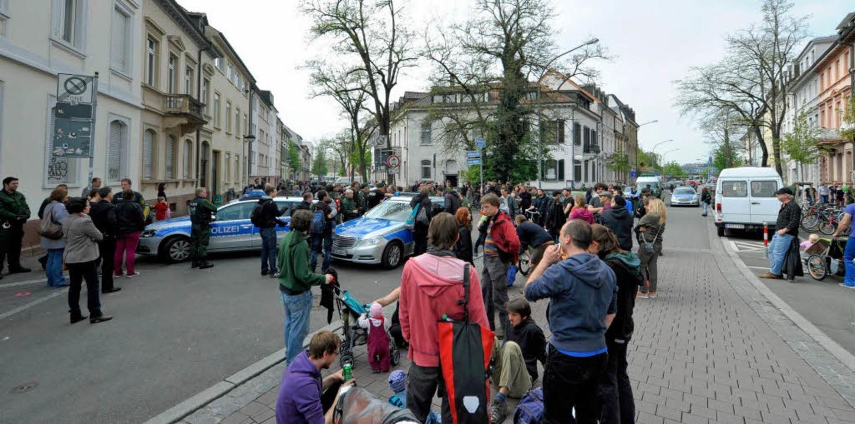 Polizeikontrolle an der Belfortstraße:...das Festverbot im Sedanquartier durch.  | Foto: Michael Bamberger