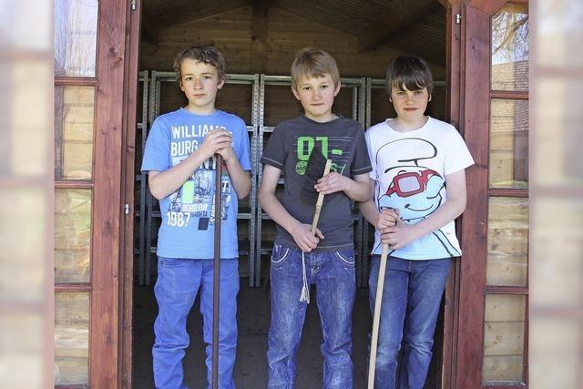Drei Jungs arbeiten im Kindergarten