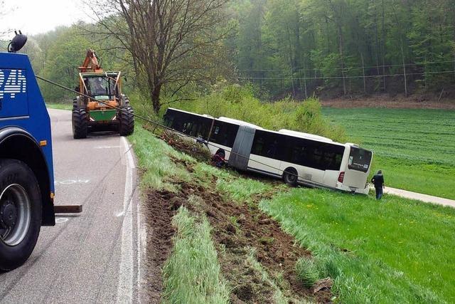 Linienbus weicht Laster aus und rutscht von Straße – Zwei Verletzte