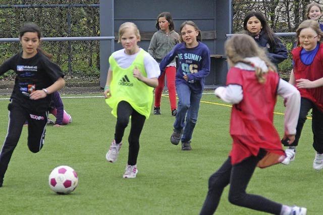 Mädchen bleiben begeistert am Ball