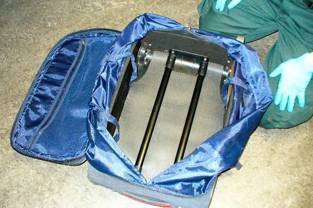 Polizei und Zoll finden 6 Kilo Heroin in herrenlosen Koffern