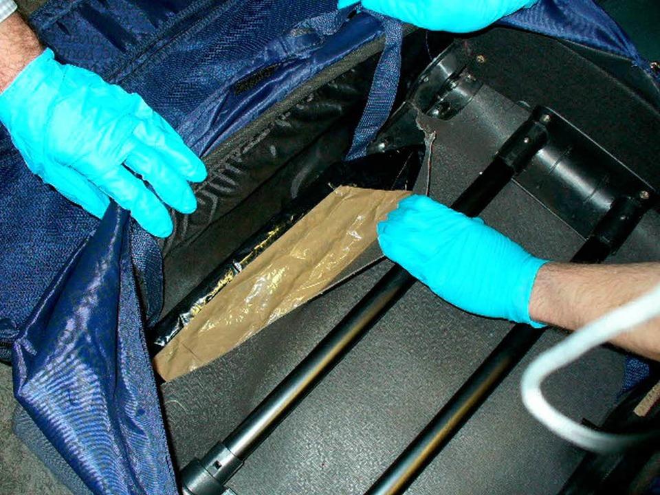 Doppelbödig: Zoll und Polizei haben in diesem Koffer Heroin gefunden.  | Foto: Zoll