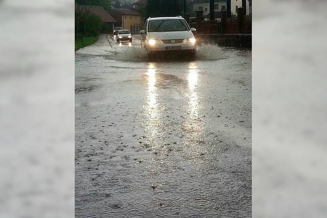 Unwetter in Endingen: Wasser hebt sogar Kanaldeckel an
