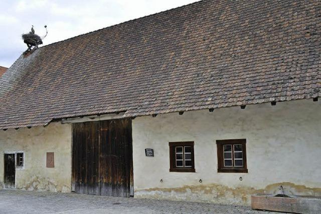 Kunst und Kultur im Dorf mit rotem Faden