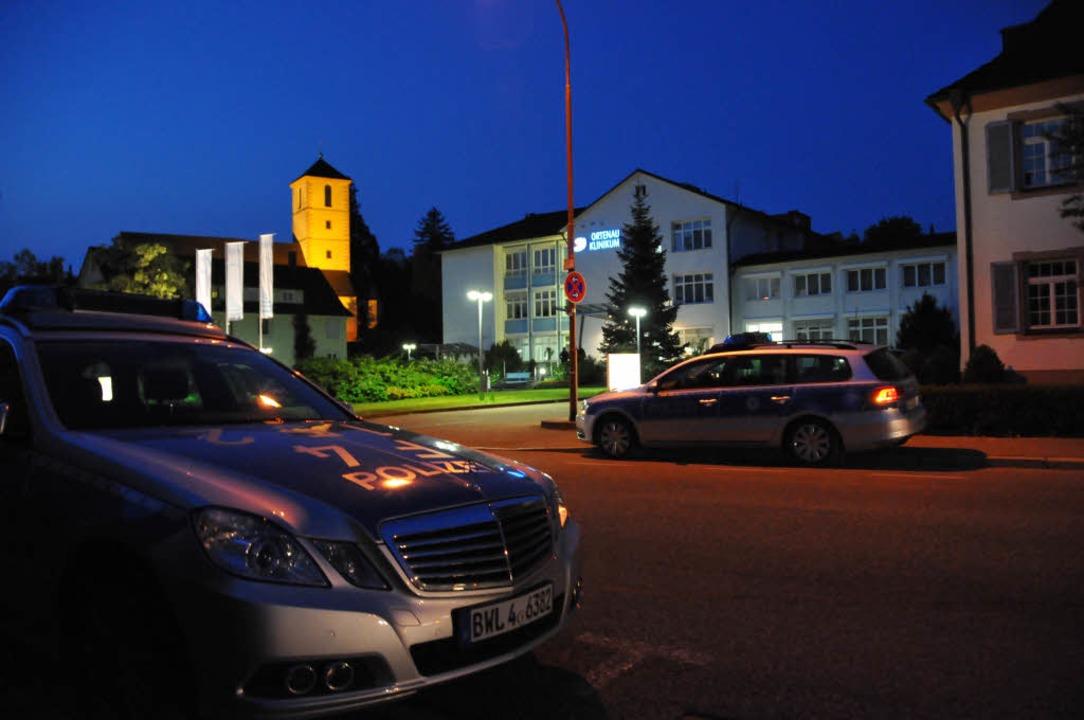 Nach den Schüssen vor dem Klinikum in ... die Polizei den Tatort weiträumig ab.  | Foto: Helmut Seller