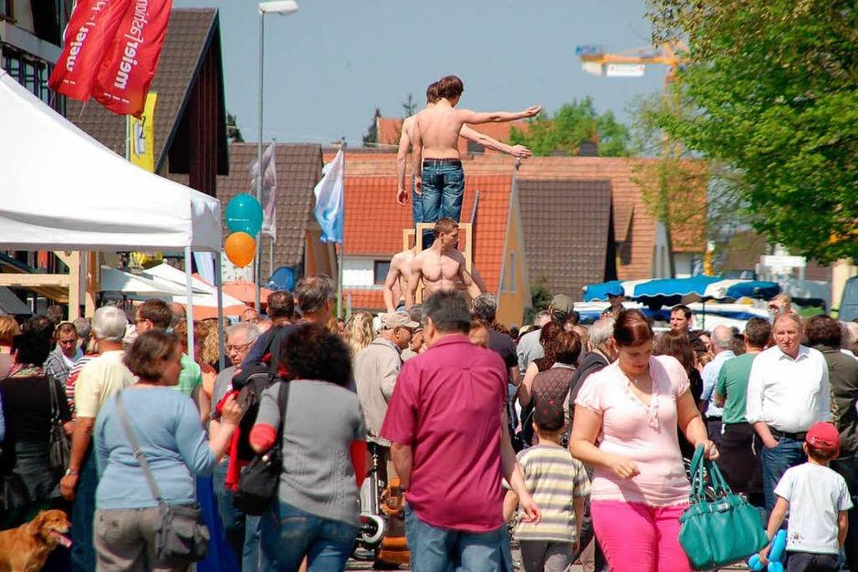 """Kein Durchkommen war mehr, als die """"Stuhlpolizei"""" ihre Akrobatik auf der Hauptstraße demonstrierte. (Foto: Marion Domann)"""