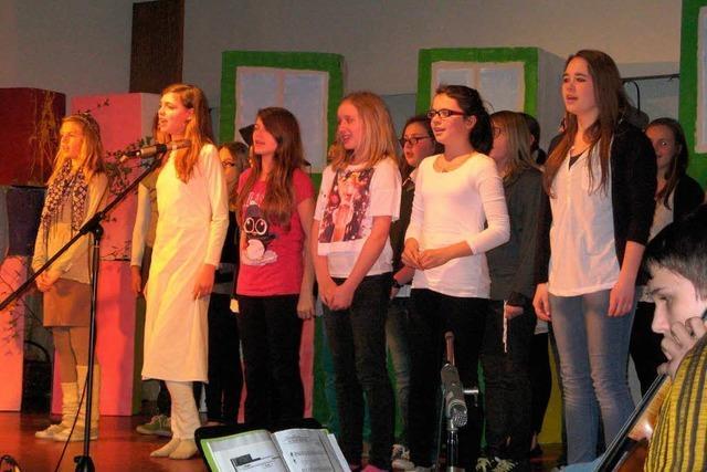 Kinder gefallen mit Freude am Gesang
