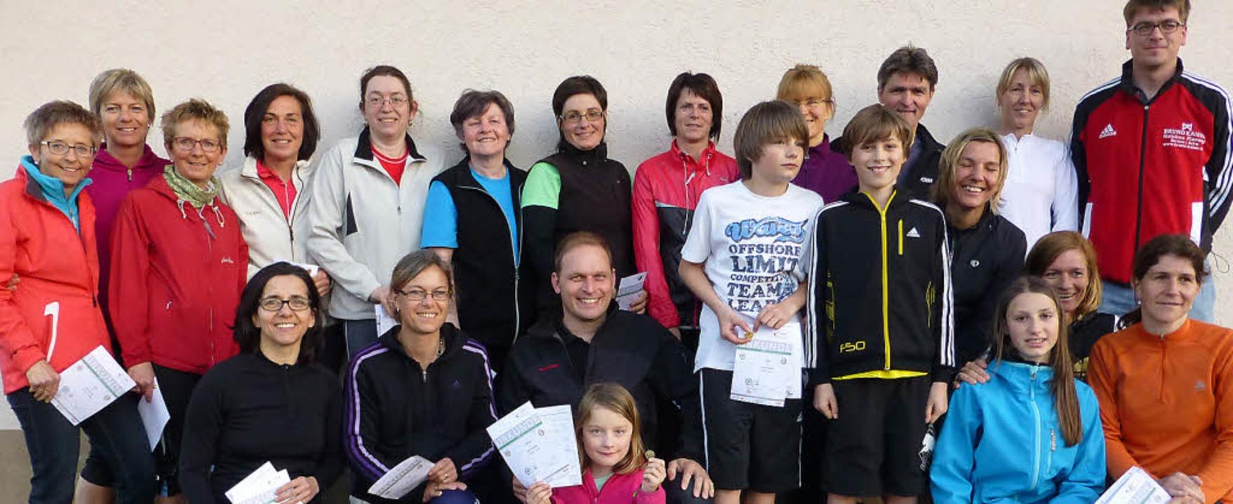 25 Sportler haben beim FC Bernau die B...ungen für das Sportabzeichen erfüllt.   | Foto: Franz Kaiser