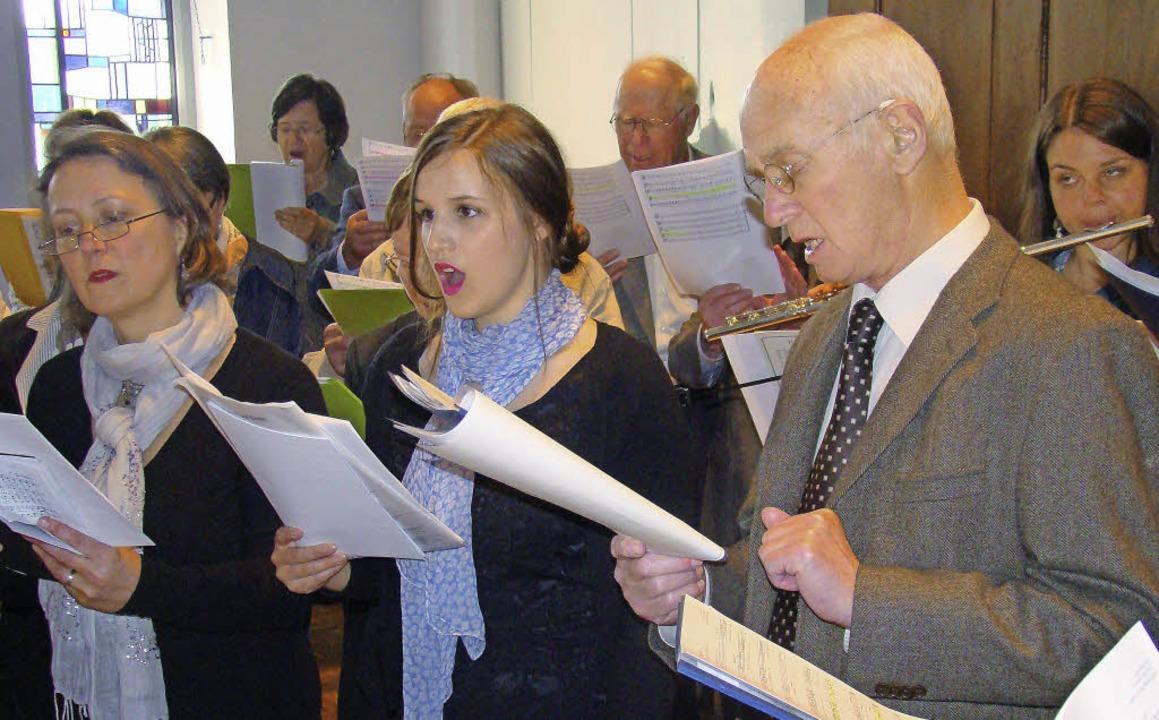 Der Kirchenchor singt bei der Maiandacht.  | Foto: Ingrid Arndt