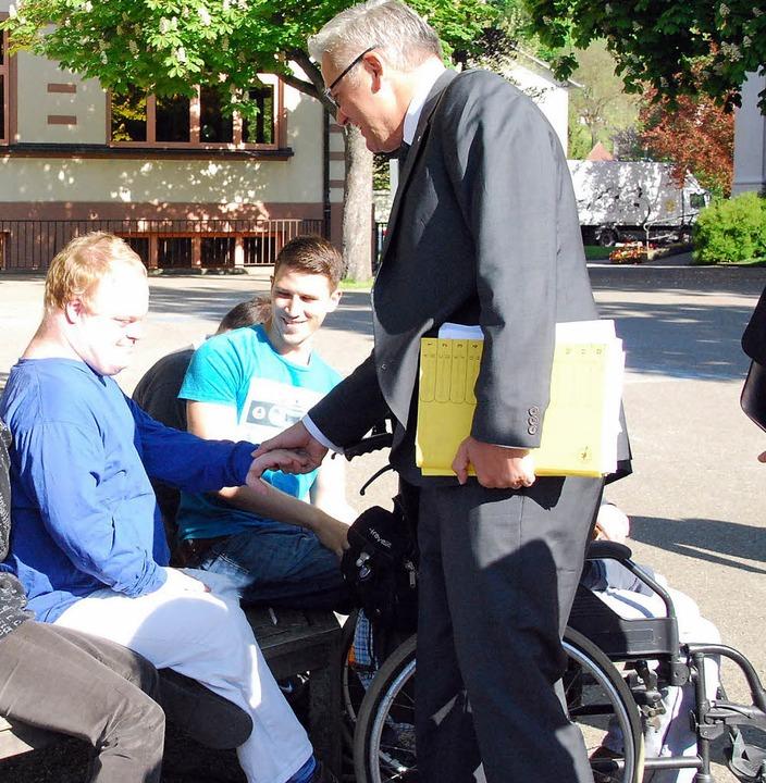 Völlig normal: Hubert Hüppe (rechts) b...en mit Behinderung im St. Josefshaus.   | Foto: Ralf Staub