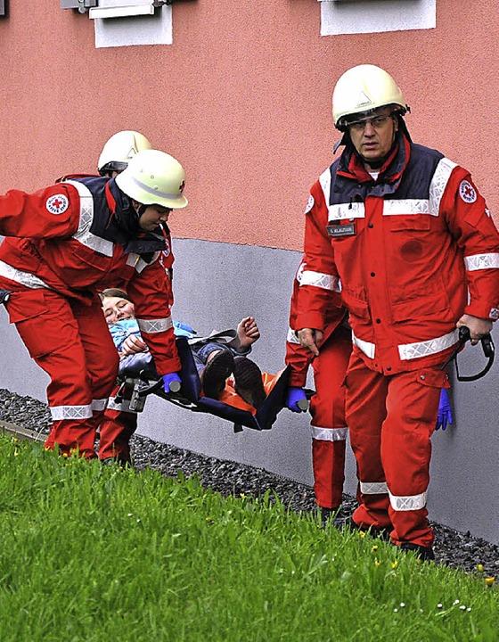 Erstversorgung von  Verletzten. Die Rettungsdienste waren Bestandteil der Übung.  | Foto: gemeinde