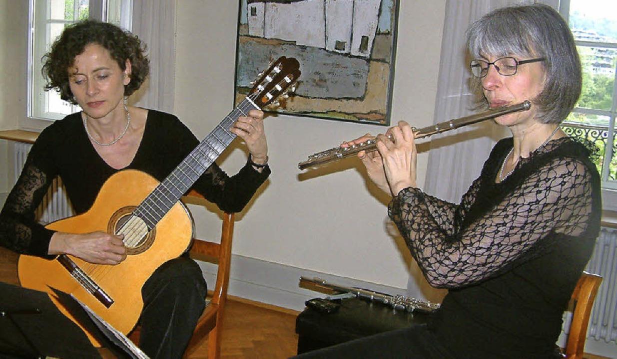 Die Flötistin Christine Schäfer und die Gitarristin Friederike Saam    | Foto: Roswitha Frey