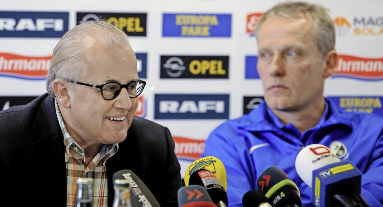Vollzug: SC-Chef Fritz Keller (links) ...erung mit Trainer Christian Streich.    | Foto: schön