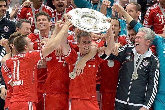 Bayern feiern mit Schale und Bierduschen