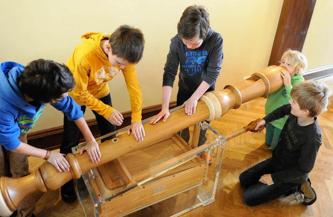 Manches ist im Toccarion besonders groß: Kinder an einer Riesen-Blockflöte   | Foto: dpa