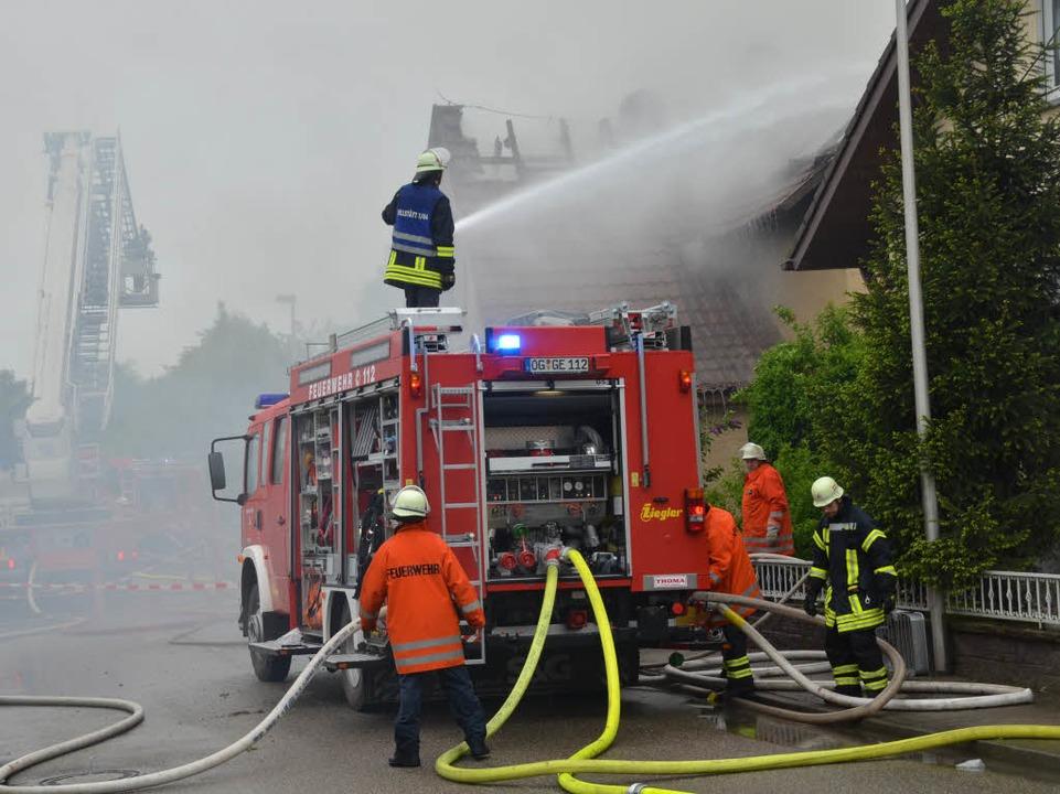 Die Feuerwehr bei den Löscharbeiten.