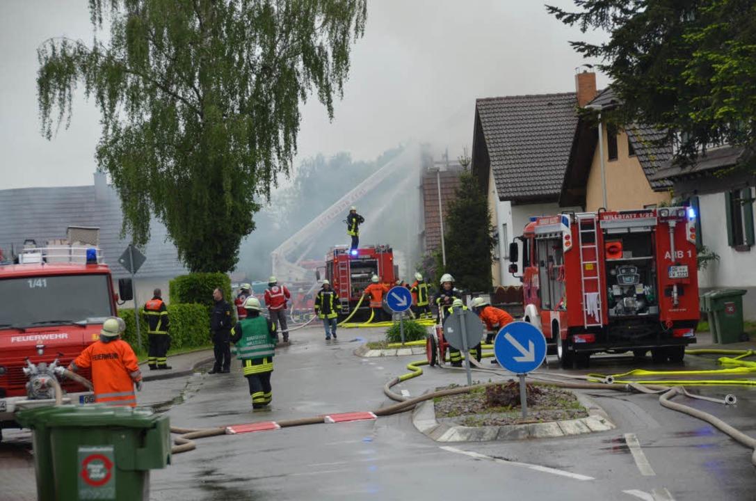 Die Feuerwehr bei den Löscharbeiten.  | Foto: Seller Helmut