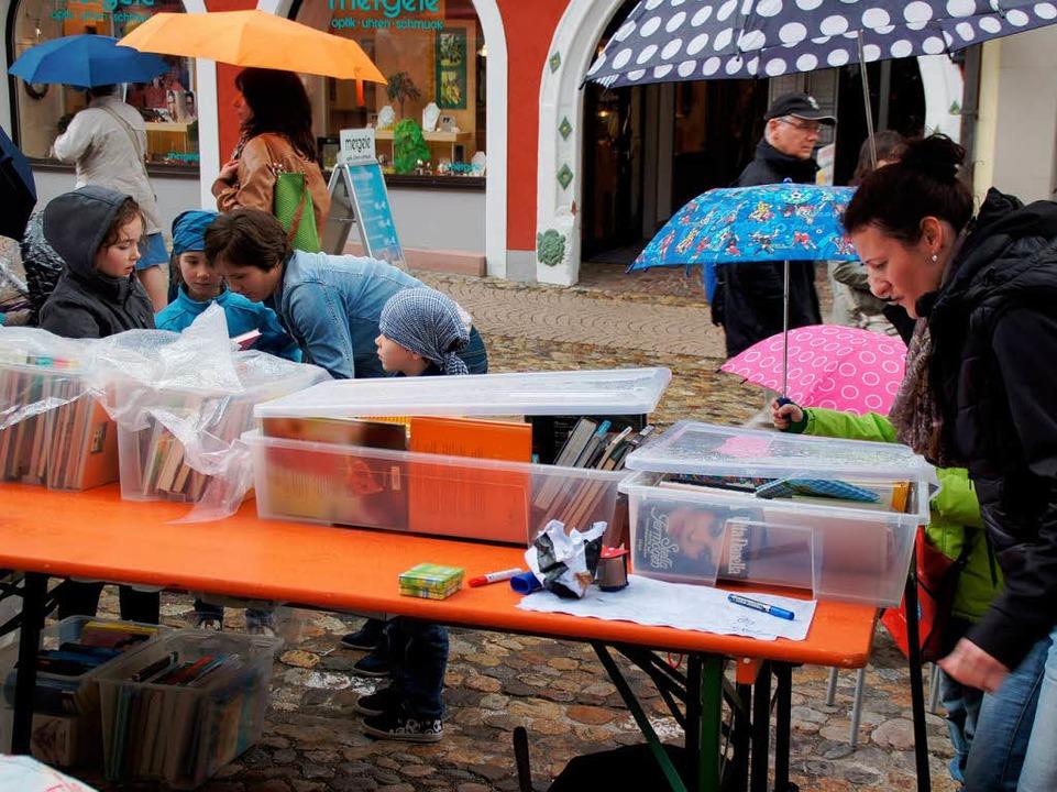 Schirm, Plastikplane und Kunststoffbox...en die zeitweiligen Schauer gewappnet.  | Foto: Ilona Huege