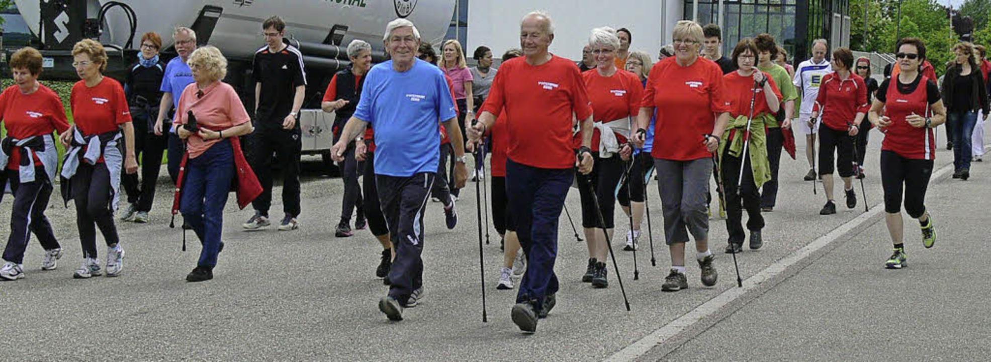 Und los geht's: Bei der Riedhalle war Start für Walker und Jogger.   | Foto: dieter fink