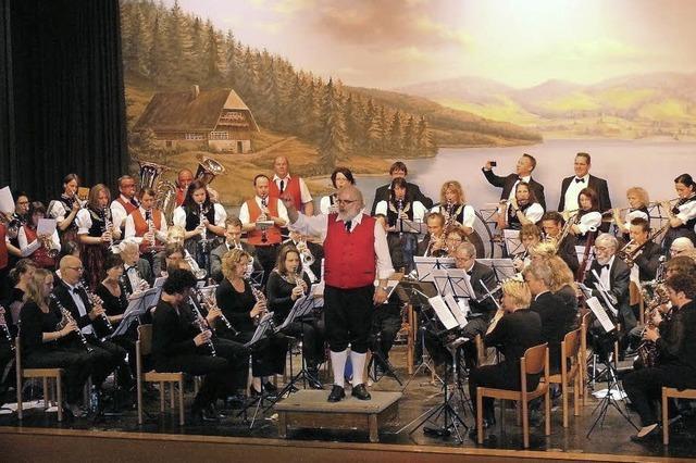 Orchester reist und spielt